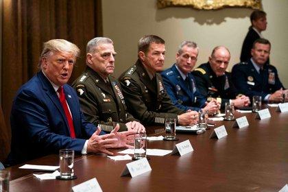 El presidente Donald Trump hace comentarios durante una sesión informativa con altos líderes militares en la Sala del Gabinete de la Casa Blanca en Washington, el 7 de octubre de 2019 (Doug Mills / The New York Times)