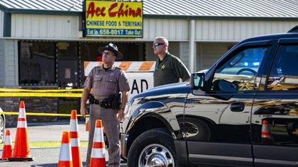 Dos policías custodian la escena del crimen. (AP)