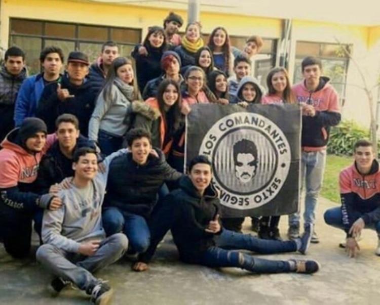 La bandera de egresados en honor a Ricardo Fort