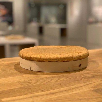 El queso francés Cades, cuya corteza fue bañada con calvados. Hay que vencer su fuerte olor para degustar este manjar francés.