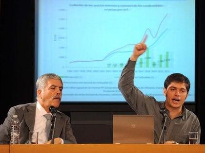 Los ex ministros del kirchnerismo Julio de Vido y Axel Kicillof, en tiempos de la reestatización de YPF
