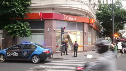 Así quedó la sucursal bancaria después del siniestro (@AlertasTransito)