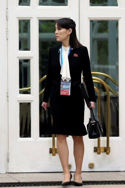 Kim Yo-jong, hermana de Kim Jong-uen la puerta del hotel Metropole durante la segunda cumbre entre Corea del Norte-Estados Unidos en Hanoi, Vietnam, en una foto de archivo del 28 de febrero de 2019 (Reuters)