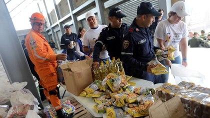 La oposición venezolana ha prometido entregar la ayuda humanitaria pero aún se desconoce el mecanismo para lograrlo porque el paso fronterizo que se emplearía ha sido bloqueado por los militares