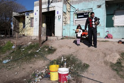 Un hombre con su hija en Villa Azul, en las afueras de Buenos Aires