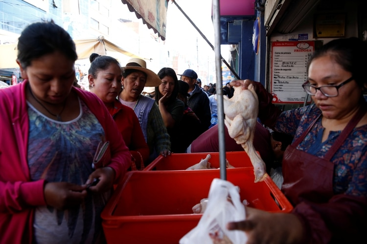 La gente hace cola para comprar pollo en un mercado en La Paz, Bolivia, el 17 de noviembre de 2019. (REUTERS)