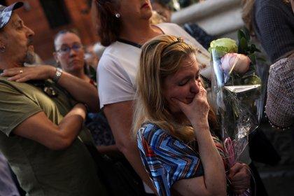 Una seguidora del cantante llora al ver llegar el féretro de Camilo Sesto, que llegó a vender más de 70 millones de copias en sus 40 años de carrera (Reuters/Susana Vera)