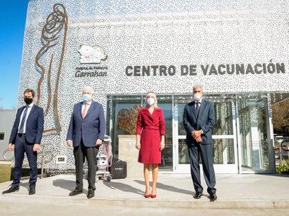 El ministro de Salud Ginés González García, la primera dama Fabiola Yáñez, el director del Hospital Garrahan doctor Darío Barsotti y  autoridades de la compañía Siemens, en la entrada del Centro de Vacunación del nosocomio
