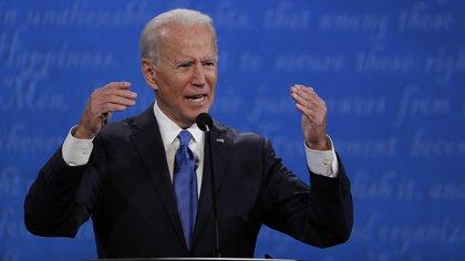 Biden, que fue vicepresidente con Barack Obama (2009-2017), tiene un 62 % de apoyo, frente a un 29 % de Trup y un 7 % no está seguro de por quién votará, de acuerdo con el sondeo de Hart Research, que entrevistó por teléfono a 410 latinos registrados para votar del 29 al 31 de octubre. EFE/EPA/SHAWN THEW/Archivo