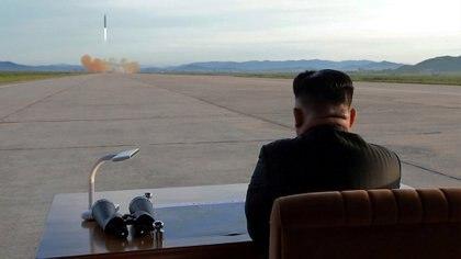 Kim Jong-un supervisando personalmente un ensayo misilístico de Corea del Norte (Reuters)