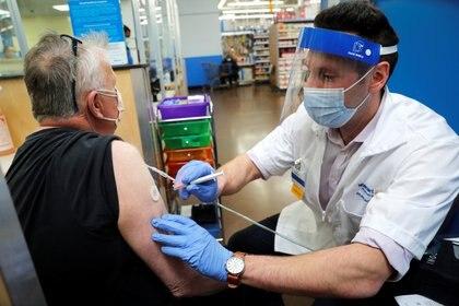 EEUU habilitó miles de lugares para vacunarse, como esta tienda Wallmart en Connecticut, U.S.. REUTERS/Mike Segar