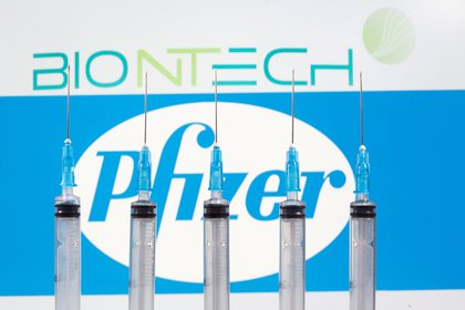 Jeringas frente a los logotipos de Biontech y Pfizer (REUTERS/Dado Ruvic/Ilustración/Foto de archivo)