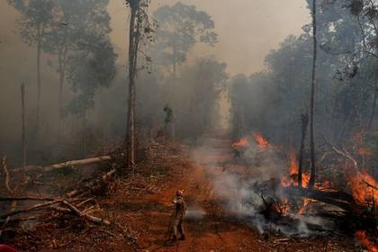 FOTO DE ARCHIVO: Un bombero apaga un incendio forestal en Uniao do Sul, en Mato Grosso, Brasil. 4 de septiembre de 2019. REUTERS/Amanda Perobelli