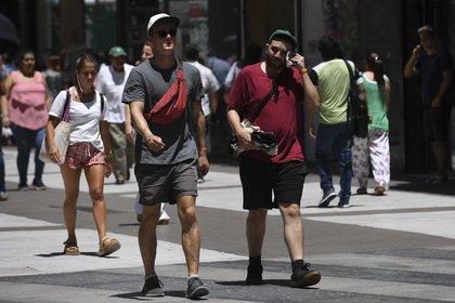 La tarde de este martes de presenta una pequeña ola de calor, por los que hay que mantener las precauciones necesarias a fin de evitar los golpes de calor en bebés y adultos mayores (Foto: Maximiliano Luna)