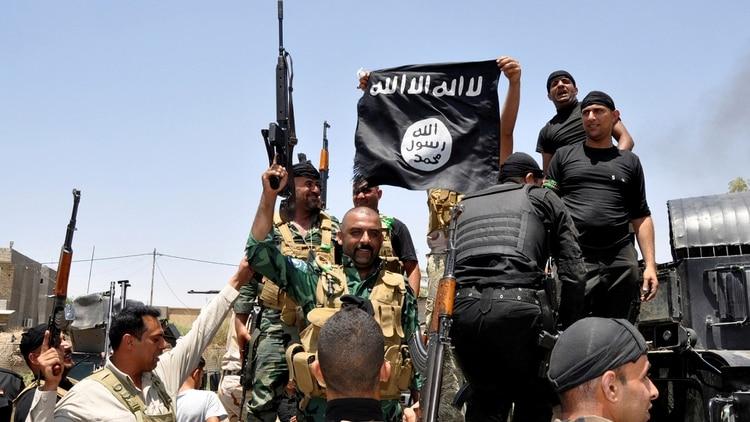 Fuerzas iraquíes retiran una bandera del Estado Islámico (Reuters)