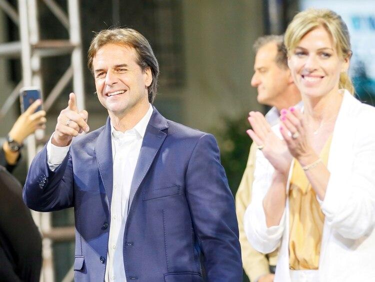 Luis Lacalle Pou y su esposa, Lorena Ponce de León, en un acto durante la campaña presidencial