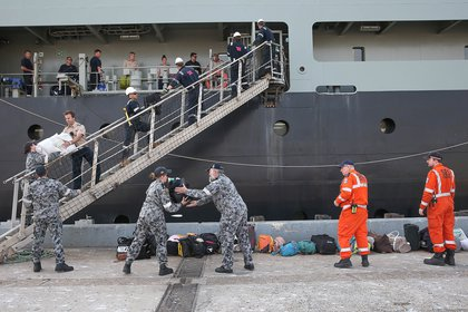 Arribo de evacuados en el buque MV Sycamore, puerto de Hastings, Victoria, Australia (via REUTERS)
