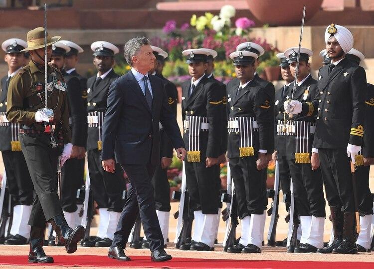 Mauricio Macri es recibido por la guardia de honor en el Palacio Presidencial