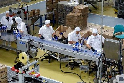 Foto de archivo. Empleados de la Compañía Nacional de Chocolates, que hace parte del Grupo Nutresa, trabajan en una fábrica cerca a la ciudad de Medellín, Colombia, 25 de junio, 2019. REUTERS/Luis Jaime Acosta