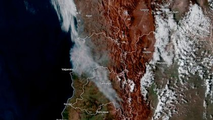 The satellite image shows the direction of the smoke that affected Santiago with a dense cloud of ash