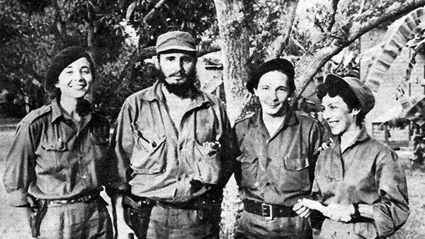 Vilma Espin, Fidel y Raúl Castro, y Celia Sánchez en los tiempos de la Sierra Maestra