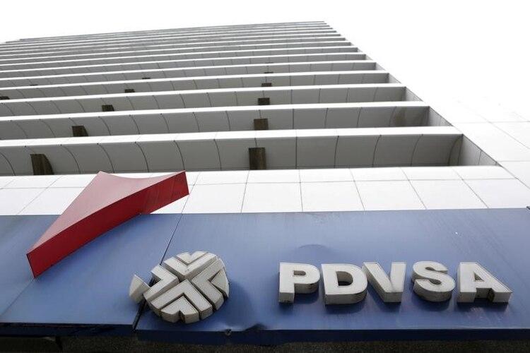 El logotipo de PDVSA en una estación de servicio en Caracas.