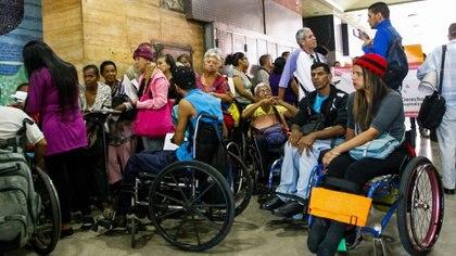 Pacientes con enfermedades crónicas protestaron el martes 5 de junio en la sede del Ministerio de Salud, en Caracas (EFE)