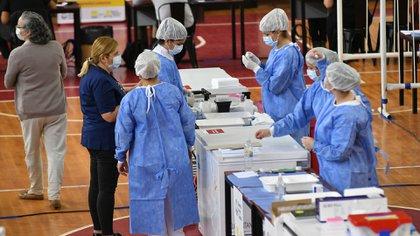 La Ciudad está vacunando a personal de salud y a adultos mayores de 80