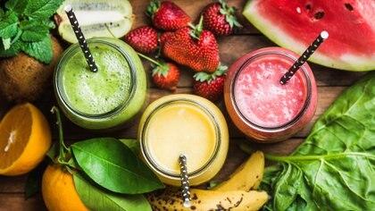 Al no tener la fibra de la fruta, los jugos aportan azúcar pero no generan sensación de saciedad (iStock)