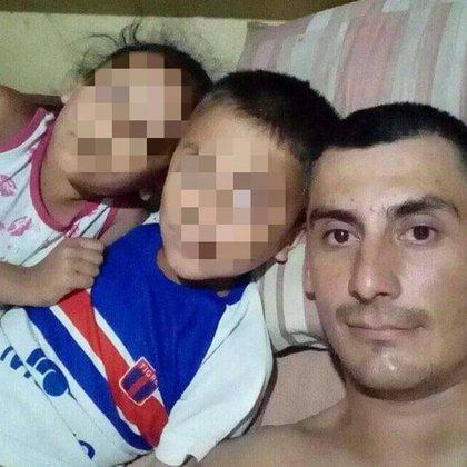 Gerardo Javier Reyna junto a sus dos hijos