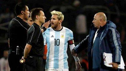 Messi discute airadamente con Bascuñán, luego del que el chileno expulsara por doble amarilla a Dybala en 2016. (AP)