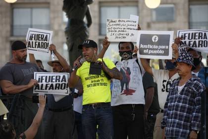 Comerciantes participan en una protesta para exigir a las autoridades la reanudación de sus actividades económicas, en pausa debido ala pandemia de COVID-19 este sábado, en Guadalajara (México).  EFE/Francisco Guasco