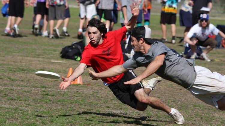 <p><b>Ultimate:</b>dos equipos compiten por un disco volador, con un sistema parecido al Fútbol Americano</p><p></p> fotopedia.com 163