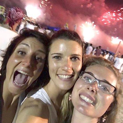 Sarah junto a sus amigas francesas