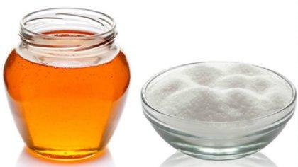 La miel o el azúcar a la hora de endulzar una bebida o comida (iStock)