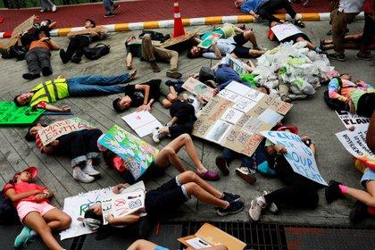 Activistas se tiran al suelo fingiendo que están muertos mientras participan de la 4ª huelga mundial por el clima cerca de la oficina del Ministerio de Recursos Naturales y Medio Ambiente en Bangkok, Tailandia, el 20 de septiembre de 2019. REUTERS/Soe Zeya Tun