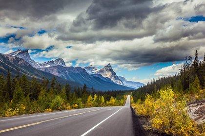 Partiendo del Parque Jasper y llegando al Parque Banff se deslizan 230 kilómetros de la ruta de las Montañas Rocosas en Canadá