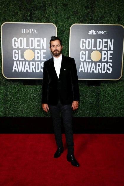 El Justin Theroux eligió un saco de terciopelo negro, pantalón del mismo color combinado con botas de cuero