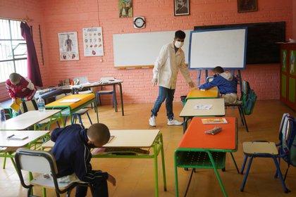 El maestro Sergio Ferrao termina una clase en la Escuela 30, un establecimiento rural de San José, Uruguay (REUTERS/Mariana Greif)