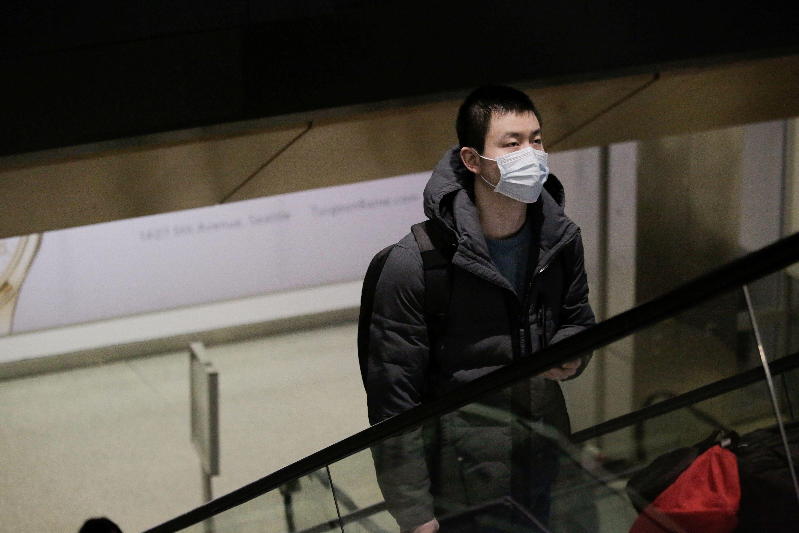 Un viajero con una máscara llega en un vuelo directo desde China (Foto: Reuters)