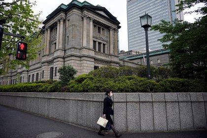 Imagen de la sede del Banco Central de Japón, en el centro de Tokio. El BoJ revisó hoy a la baja su pronóstico sobre la evolución de la actividad económica para el actual año fiscal y la fijó en -5,5 %. EFE/EPA/FRANCK ROBICHON/Archivo