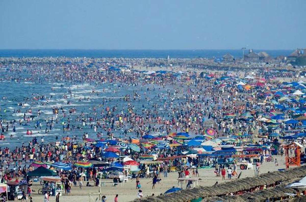 """""""No se trata de vacaciones"""": el momento en que policías retiraron a paseantes de las playas de Yucatán por contingencia de coronavirus"""