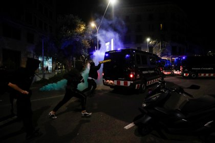 A protester tries to hit a police vehicle in Barcelona, Catalonia, this February 17, 2021. REUTERS / Albert Gea