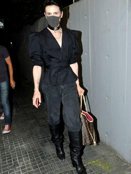 Santiago Artemis fue con un barbijo negro al evento (Darío Batallán / Teleshow)