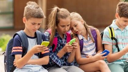 La edad en la que conviene comprar a los niños su primer celular es una duda frecuente entre los padres (Getty)