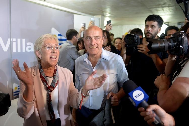 El candidato presidencial uruguayo Daniel Martínez del partido gobernante Frente Amplio sonríe a los medios de comunicación, junto a su compañera de fórmula Graciela Villar, después de la segunda vuelta de las elecciones presidenciales en Montevideo, Uruguay, el 24 de noviembre de 2019. (REUTERS)