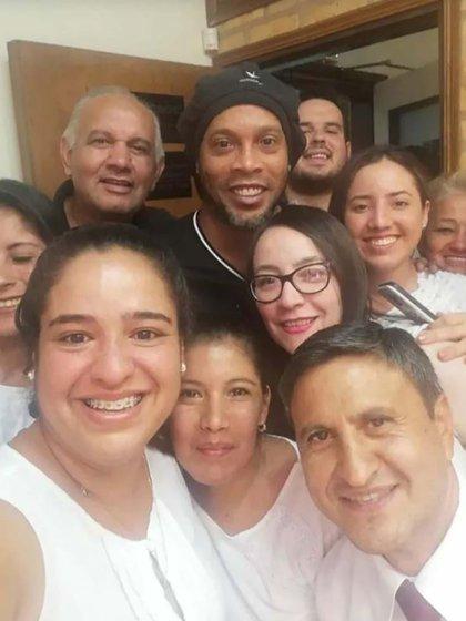 Los empleados de la fiscalía se retrataron con Ronaldinho antes de que declarara