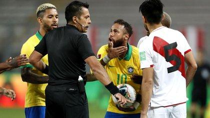 Carlos Zambrano fue muy crítico con Neymar tras el polémico partido entre Perú y Brasil (Photo by Paolo AGUILAR / POOL / AFP)