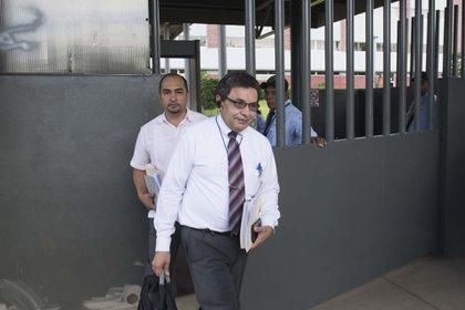 El abogado Julio Montenegro, junto con familiares de presos políticos en las afueras de los tribunales.