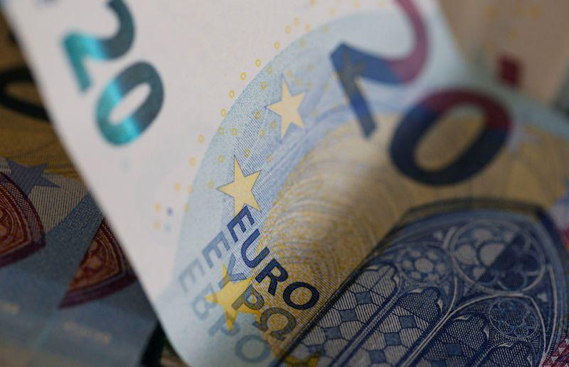 FOTO DE ARCHIVO: Billetes de 20 euros en esta imagen de ilustración tomada el 1 de agosto de 2016. REUTERS/Regis Duvignau